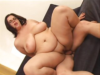 Amateur-BBW apropos Glasses together with Huge-Boobs enjoys Going to bed